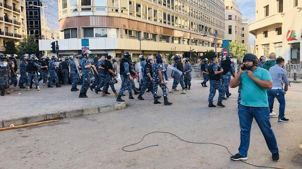 Сотрудники правоохранительных органов на улицах Бейрута, где проходят акции протеста