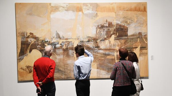 Посетители перед картиной Валерия Кошлякова Замок ангела в экспозиции VIII Московской международной биеннале современного искусства