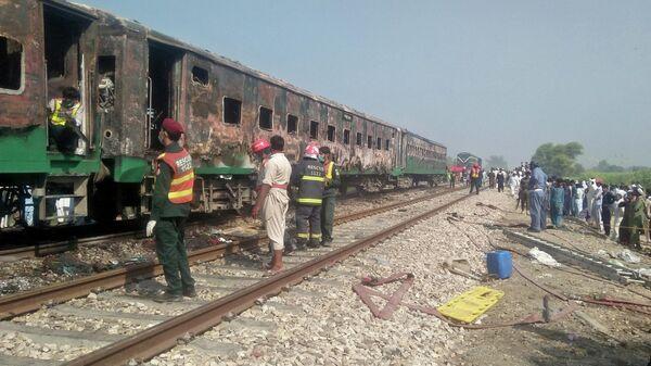 Последствия пожара в поезде в пакистанской провинции Пенджаб