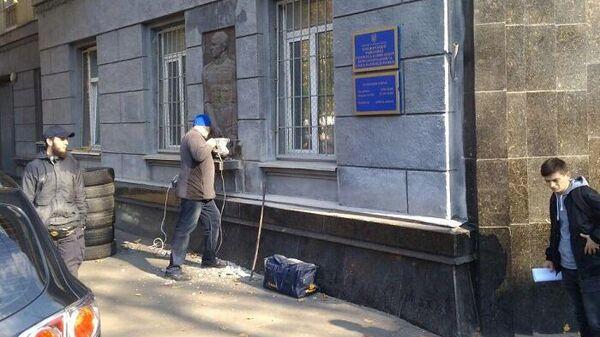 Барельеф маршалу Жукову сносят со здания Приморского военкомата в Одессе