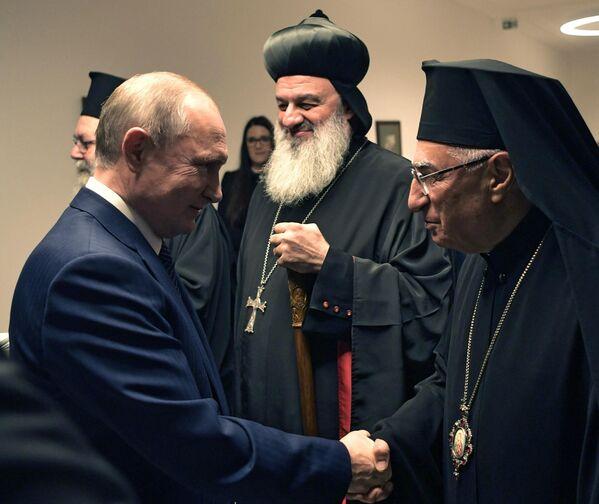Президент РФ Владимир Путин во время совместной с премьер-министром Венгрии Виктором Орбаном встречи с иерархами христианских церквей Ближнего Востока