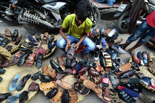 Уличный торговец обувью в Дакке
