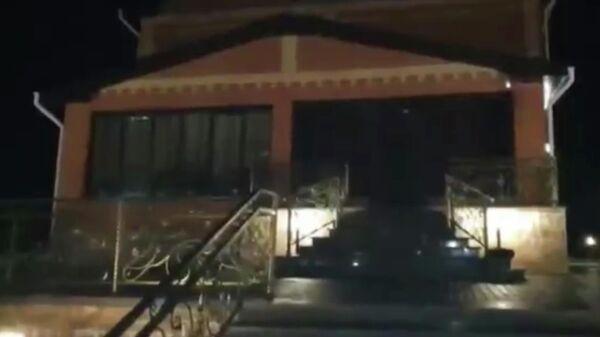 На месте перестрелки в селе Верх-Чумыш Кемеровской области. Стоп кадр видео СК РФ
