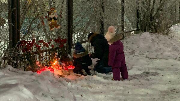 Жители Нарьян-Мара несут цветы и игрушки к детскому саду Сказка