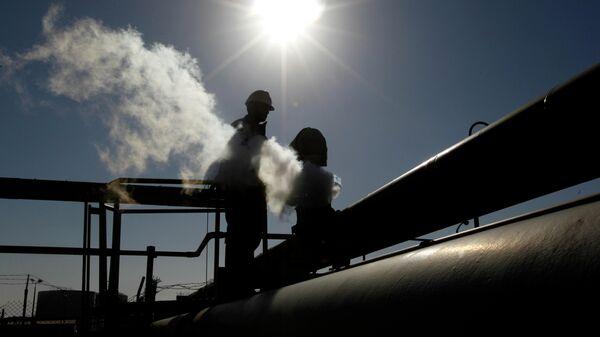 Работник на нефтеперерабатывающем заводе Брега, восточная Ливия. 26 февраля 2011