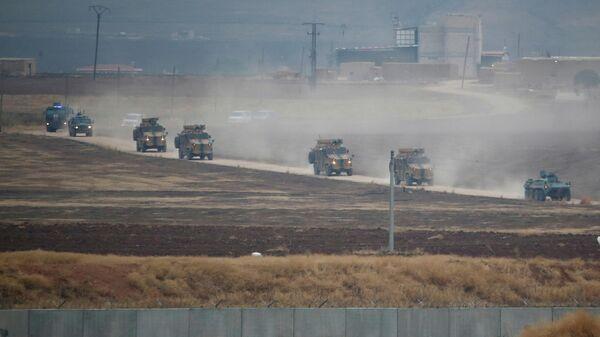 Турецкие и российские военные во время совместного патрулирования в северо-восточной Сирии