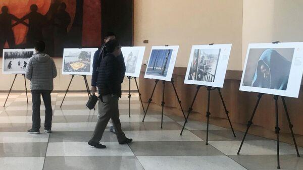 Посетители на выставке победителей Международного конкурса фотожурналистики имени Андрея Стенина в Нью-Йорке