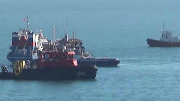 Буксировка танкера Залив Америка, на котором взорвался газ, в порт. Стоп-кадр видео очевидца