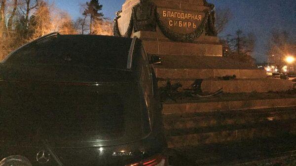 На месте ДТП с участием автомобиля Mercedes-Benz, который врезался в памятник Александру Третьему в Иркутске