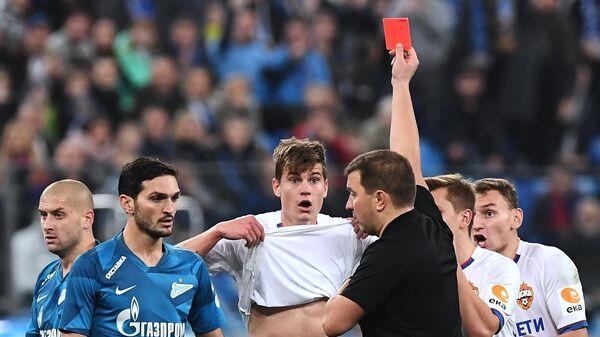 Михаил Вилков показывает красную карточку игроку ЦСКА Яку Бийолу (в центре)