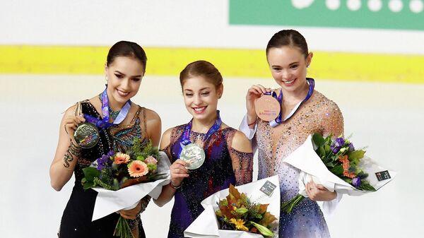 Алена Косторная (в центре), Алина Загитова (слева) и Мэрайя Белл