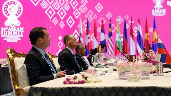 Председатель правительства РФ Дмитрий Медведев во время рабочего завтрака в рамках Восточноазиатского саммита по тематике устойчивого развития
