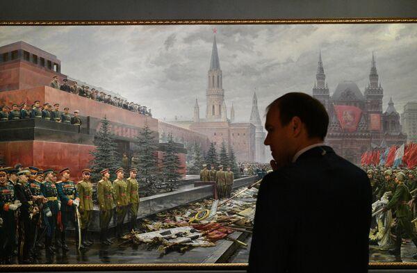 Посетитель перед картиной Михаила Хмелько Триумф победившей Родины на выставке Память поколений: Великая Отечественная война в изобразительном искусстве