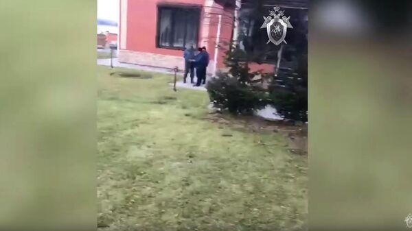 Следственные действия на территории приусадебного участка частного жилого дома бывшего главы Киселевска