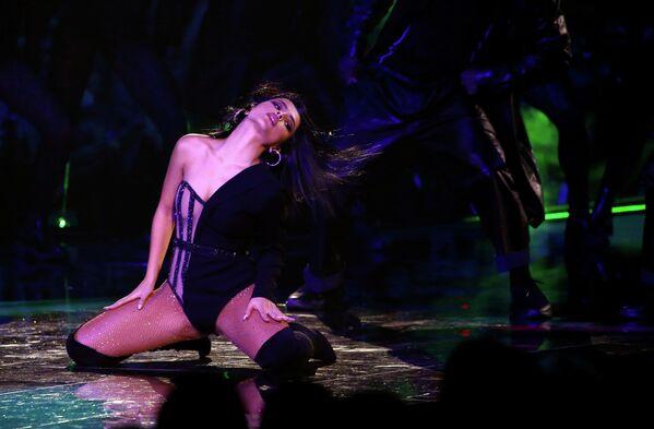 Певица Бекки Джи выступает на церемонии награждения MTV Europe Music Awards