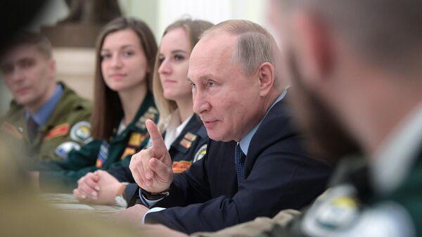 Президент РФ Владимир Путин проводит встречу с представителями движения студенческих отрядов