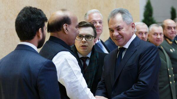 Министр обороны РФ Сергей Шойгу и министр обороны Индии Раджнатх Сингх во время торжественной встречи перед заседанием российско-индийской межправкомиссии по военно-техническому сотрудничеству в Москве
