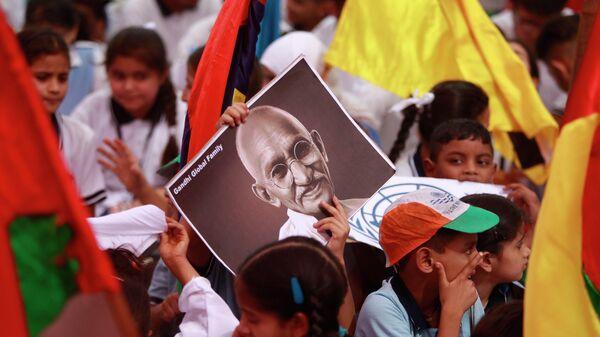 Дети с портретом  Махатма Ганди