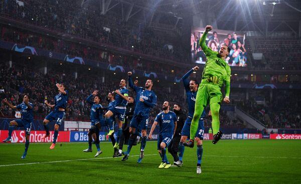 Игроки ФК Ювентус радуются победе в матче группового этапа Лиги Чемпионов УЕФА