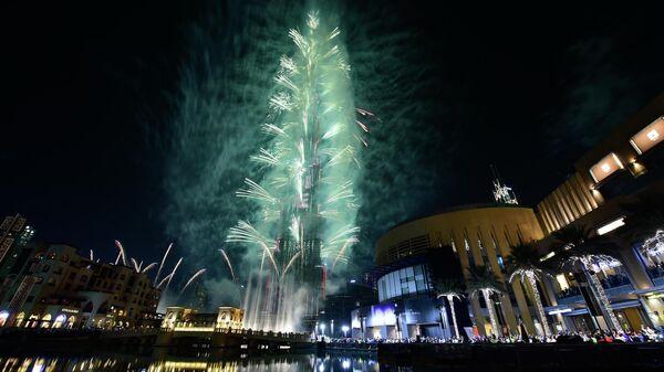 Фейерверк на небоскребе Бурдж-Халифа в Дубаи