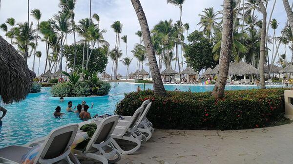 Доминикана. Туристы в бассейне отеля Melia Punta Cana Beach Resort