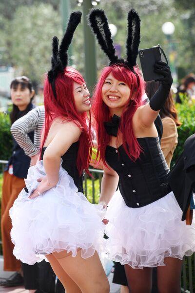 Посетители Токийского диснейленда в городе Ураясу префектуре Тиба