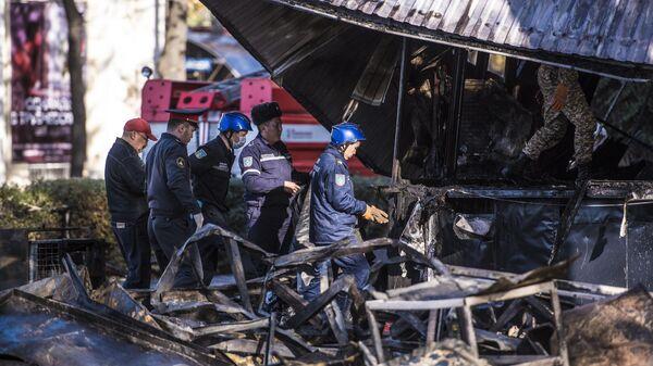Сотрудники МЧС возле кафе Антошка на пересечении улиц Чуй и Эркиндик в Бишкеке, где произошли три взрыва и пожар