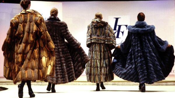 Модели меховых манто модельера Ирины Крутиковой. 1993 год