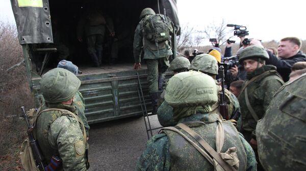 Военнослужащие Народной милиции ДНР покидают свои позиции у села Петровского