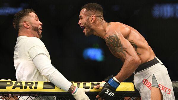 Дэнни Робертс (Англия) (справа) после боя с Зелимом Имадаевым (Россия) в полусреднем весе на турнире по смешанным единоборствам UFC Fight Night в Москве.