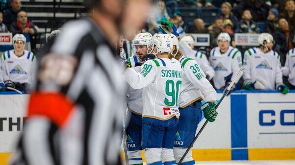 Хоккеисты Салавата Юлаева совместно с Никитой Сошниковым радуются заброшенной шайбе
