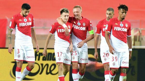 Футболисты Монако радуются забитому мячу в исполнении Александра Головина