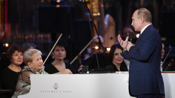 Владимир Путин на юбилейном вечере композитора, народной артистки СССР Александры Пахмутовой, в Большом театре России