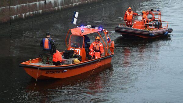 Сотрудники поисково-спасательной службы участвуют в следственных действиях на реке Мойке в Санкт-Петербурге