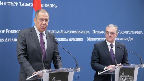 Министр иностранных дел РФ Сергей Лавров и министр иностранных дел Армении Зограб Мнацаканян во время выхода к прессе по итогам встречи в Ереване