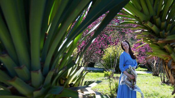 Девушка в дендрологическом парке Южные культуры в Адлерском районе города Сочи