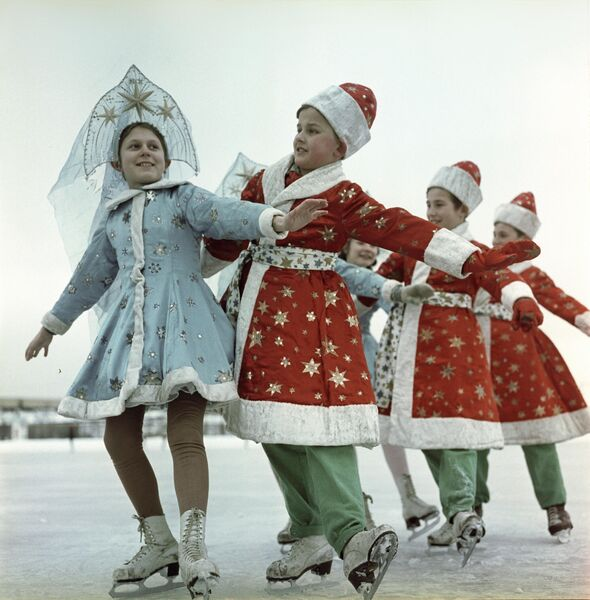 Новогодние праздники в Москве. На катке в Лужниках выступают ученики детской школы фигурного катания