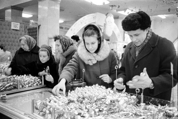 Москвичи покупают елочные игрушки к Новому году