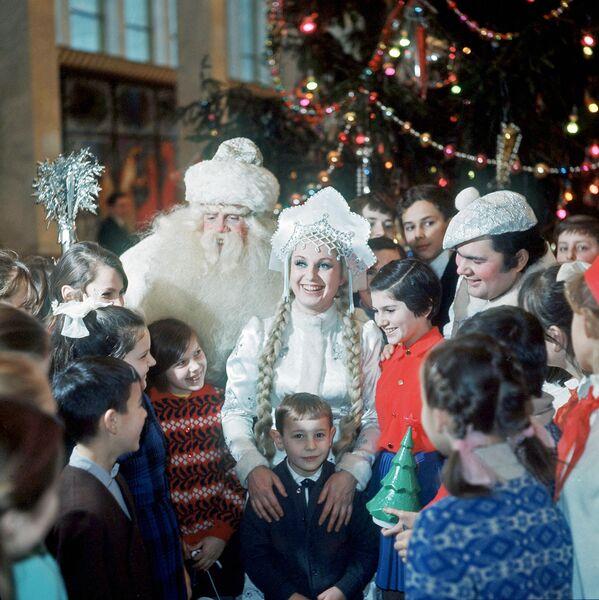 Дед-Мороз, Снегурочка и Снеговик среди московских школьников на празднике Новогодней елки в Кремлевском Дворце съездо