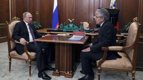 Президент РФ Владимир Путин и президент РАН Александр Сергеев во время встречи