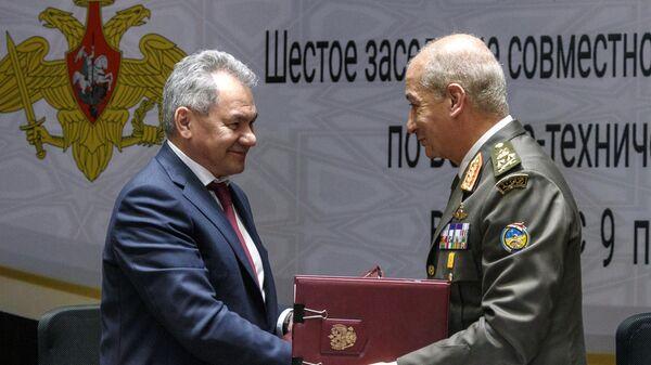 Министр обороны РФ Сергей Шойгу и министр обороны и военной промышленности Египта Мухаммад Заки во время встречи в Каире