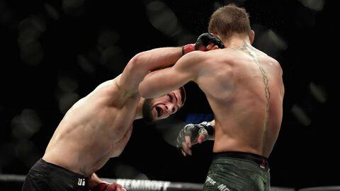 Хабиб Нурмагомедов в бою с Конором Макгрегором в рамках турнира UFC 229 в Лас-Вегасе
