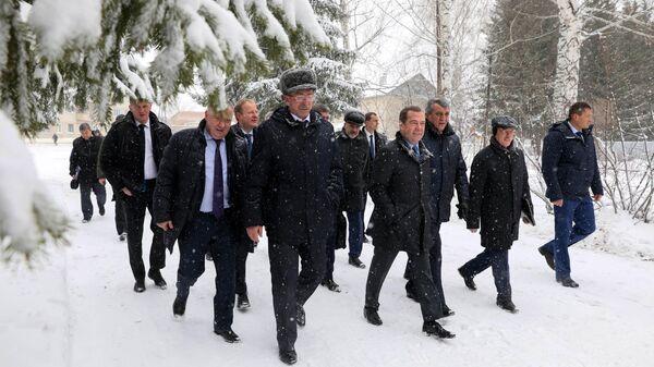 Председатель правительства России Дмитрий Медведев во время посещения села Санниково Алтайского края. 13 ноября 2019