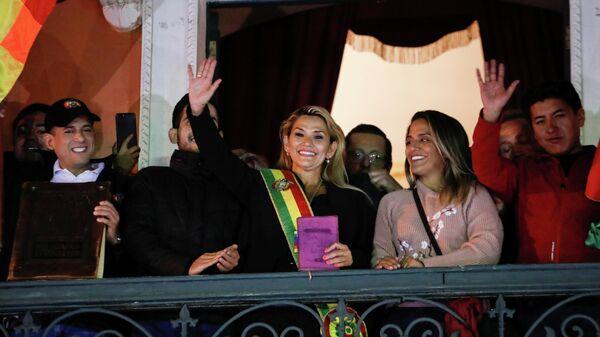 Оппозиционный сенатор Жанин Аньес во время выступления на балконе Президентского дворца в Ла-Пасе, Боливия. 12 ноября 2019