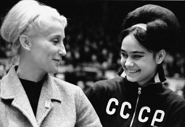 Олимпийская чемпионка Полина Астахова и молодая гимнастка Зинаида Дружинина