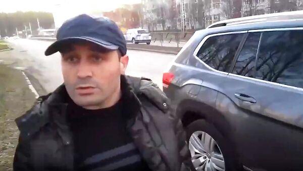 Стоп-кадр видео, на котором житель Нефтекамска заставляет девятилетнего сына бить журналиста