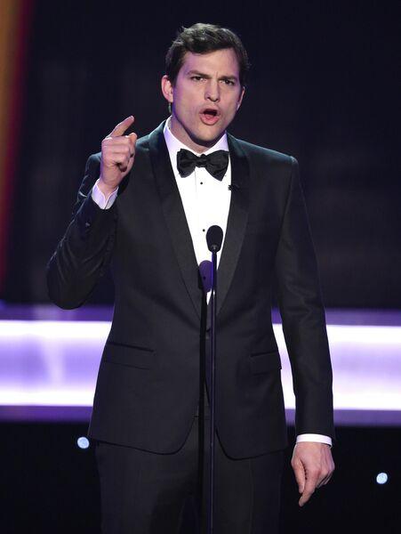 Эштон Катчер вручает награду на 23-й ежегодной премии Гильдии киноактеров, 29 января 2017 года