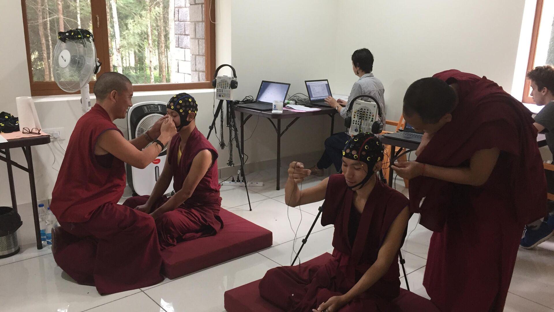 Буддийские монахи в открытом российскими учеными Центре исследований медитации и измененных состояний сознания в Индии - РИА Новости, 1920, 14.11.2019