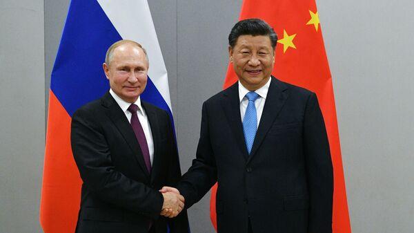 Президент РФ Владимир Путин и председатель Китайской Народной Республики Си Цзиньпин во время встречи в рамках саммита БРИКС