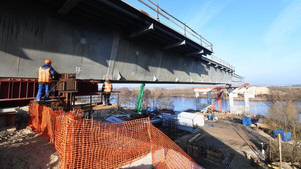 Рабочие на строительной площадке моста через Москву реку на четвертом пусковом комплексе Центральной кольцевой автомобильной дороги в Москве